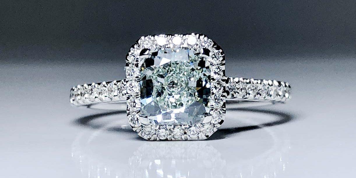 18KW RA CTR Green Dia 4 Prong Wedding Ring